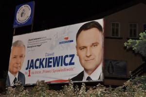 Kaczyński i Jackiewicz z przodu, Niepokalana z tyłu. Współczesna promocja polskiego katolicyzmu.